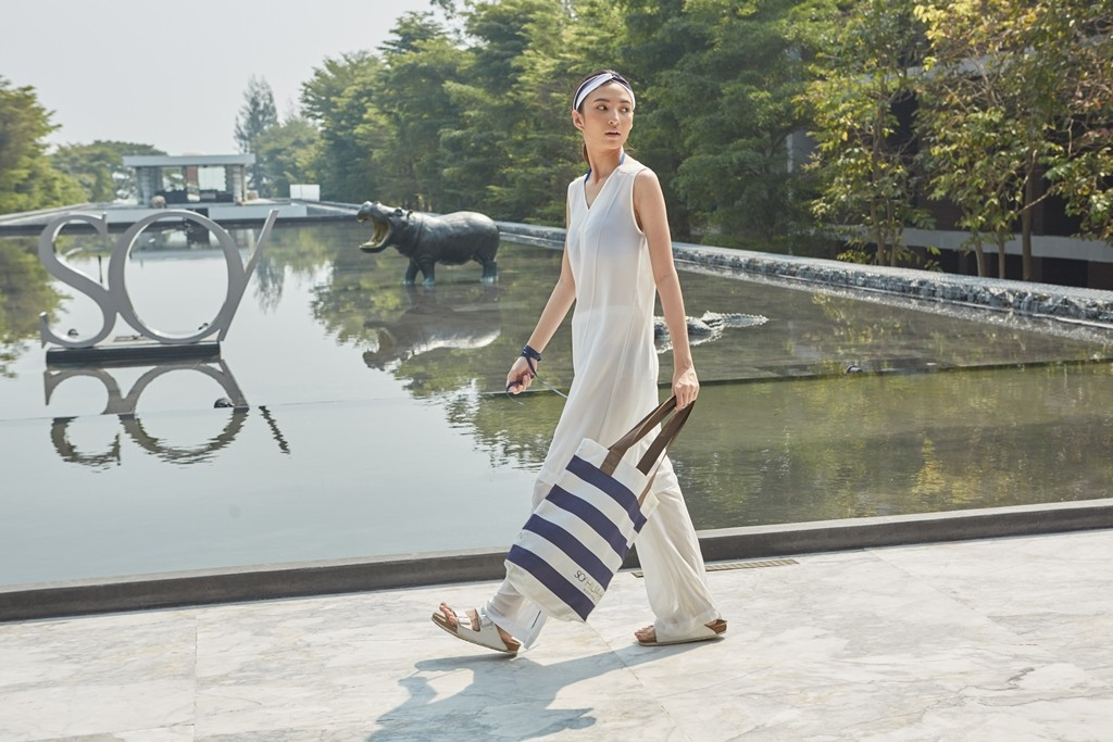 https://www.so-sofitel-huahin.com/wp-content/uploads/sites/73/2018/02/White-Jumpsuit-with-Striped-Tote-Bag.jpg